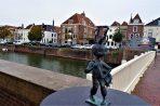 Bronzen beeldje van Rozenbottel op Koningsbrug